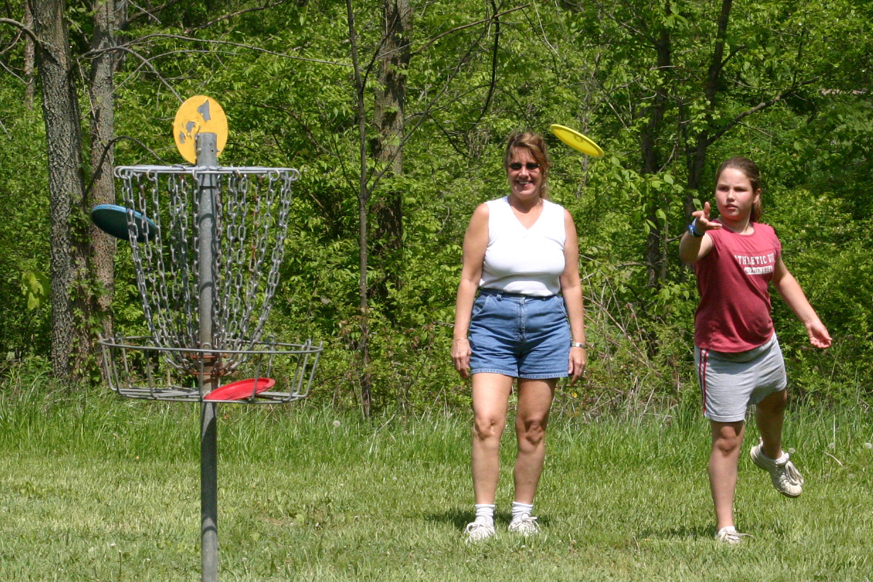 Disc golf girl putting. Photo by Dan Bissonette.